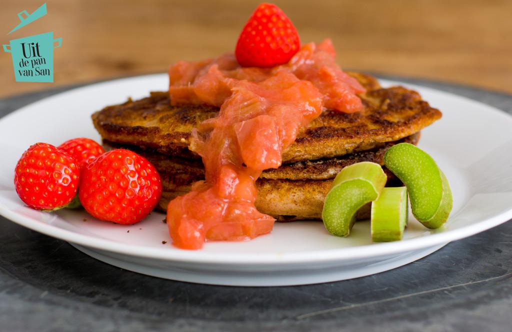 Pannenkoekjes met rabarber aardbei appel compote- met logo