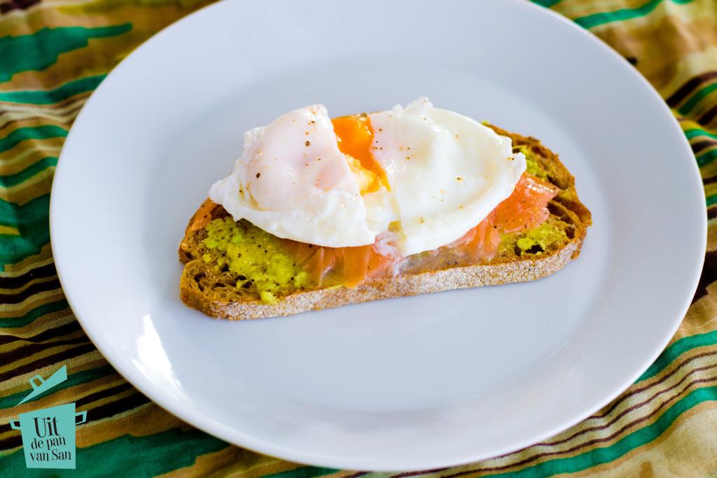 Gepocheerd ei met zalm avocado toast-met logo