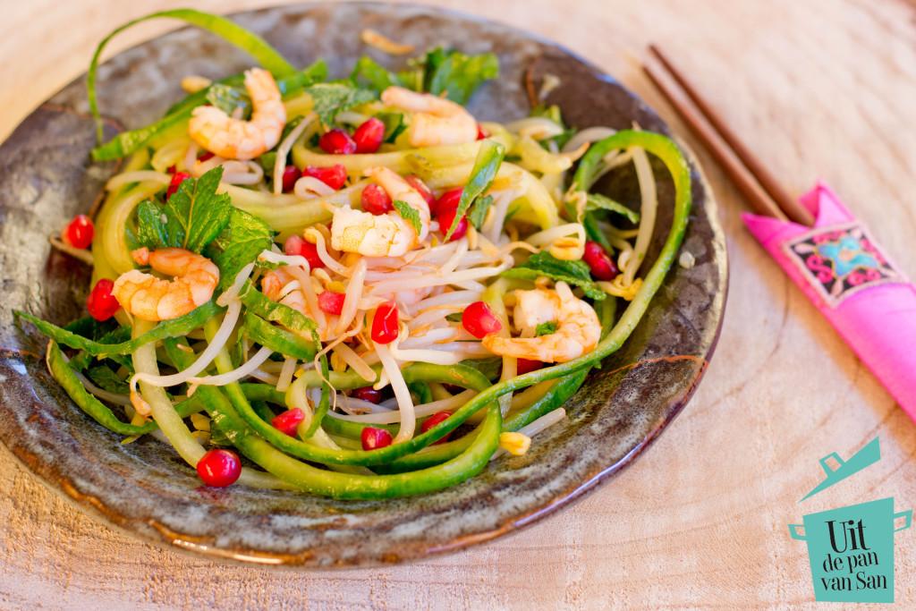Aziatische salade met gebakken garnalen met logo