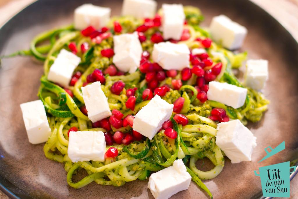 Courgette pasta met pistache pesto met granaatappelpitjes en feta met logo