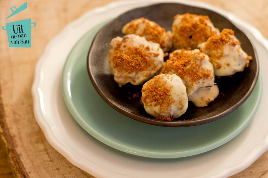 Witte chocolade truffels met speculaas en praline met logo