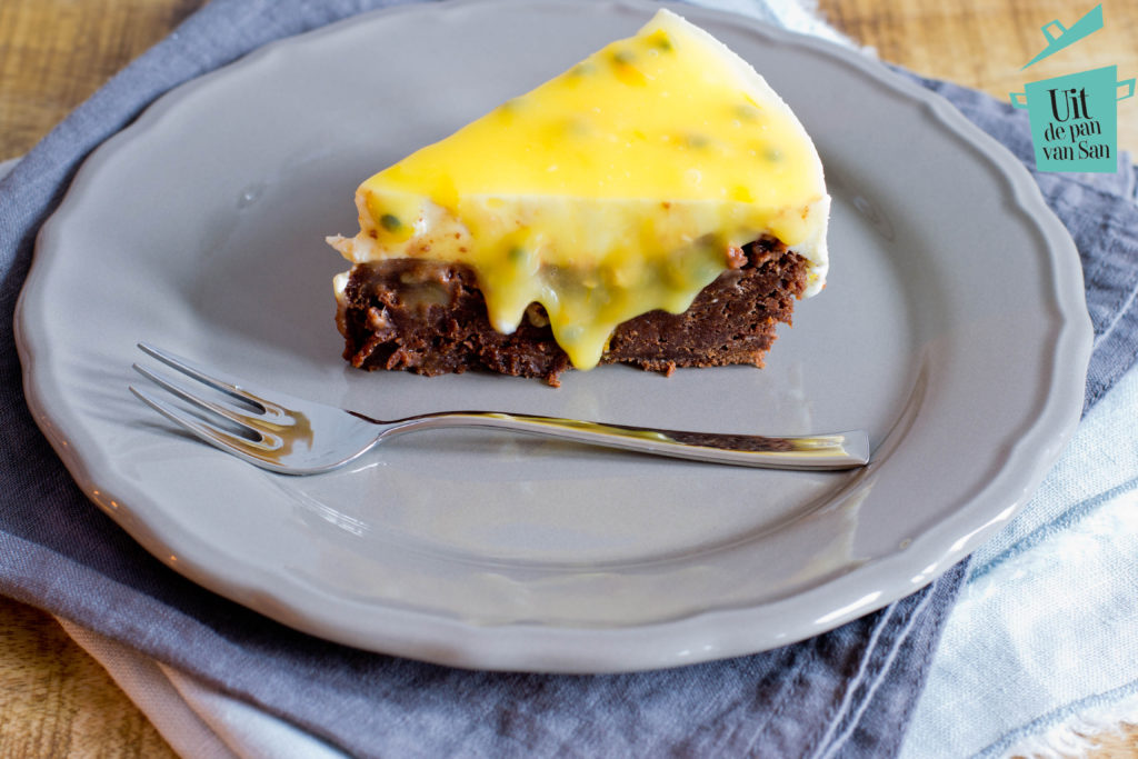 Yoghurt passievrucht taart met brownie bodem met logo